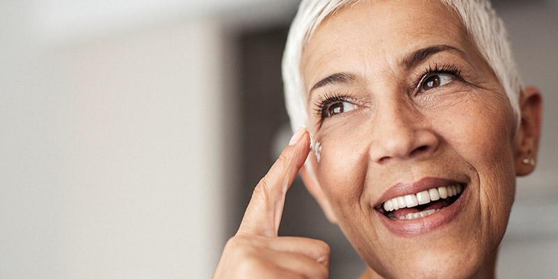 """Gestaltungsbild """"Warum und für wen ist der Demenzwegweiser wichtig"""" Frau tippt sich an die Stirn"""