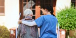 Gestaltungsbild: Pflegerin führt Demenzkranke Patientin spazieren