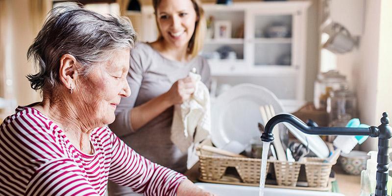 Ältere Frau wird von Ihrer Tochter unterstützt