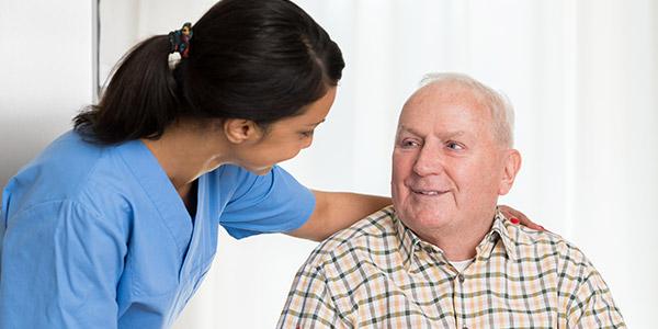 Krankenpflegerin kümmert sich um Demenzkranken Patienten